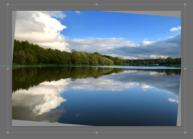 Выравнивание линии горизонта с помощью направляющей в Фотошопе